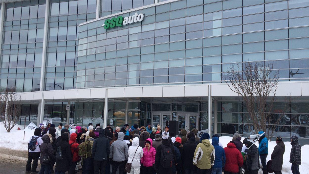 Des employés sont en grève devant les bureaux de SSQ Auto.