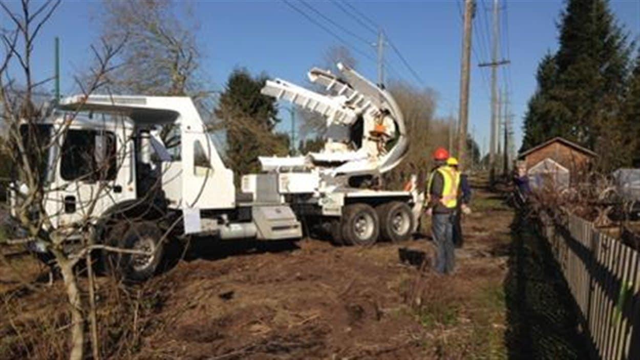 Le Conseil des parcs de Vancouver a commencé mercredi à déraciner les arbres le long du corridor Arbutus.