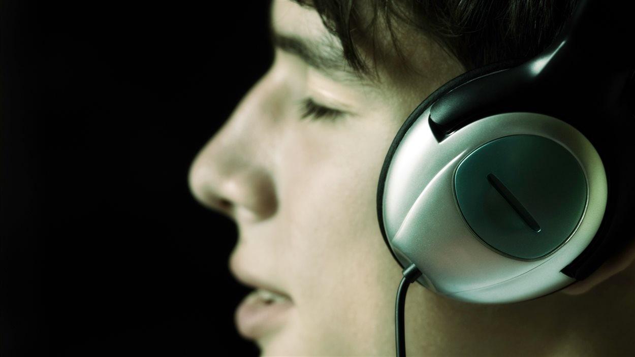 Un jeune homme écoute de la musique