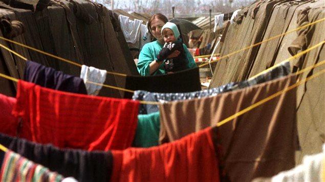 Une femme du Kosovo dans un camp de réfugiés en Macédoine, en 1999