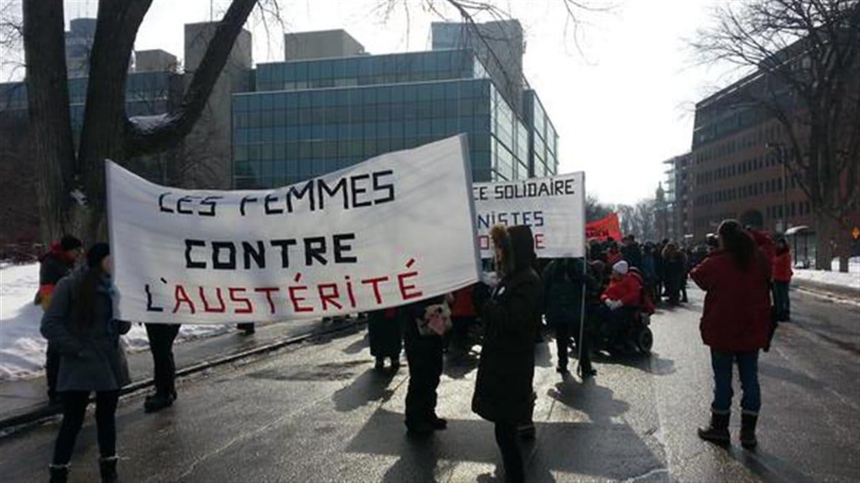 Plusieurs femmes se sont rassemblées à Québec pour manifester.