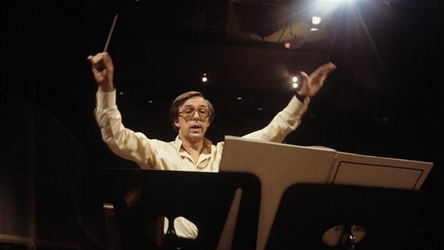 Le compositeur et directeur musical François Dompierre dirigeant l'orchestre de l'émission spéciale «Dompierre» en 1978.