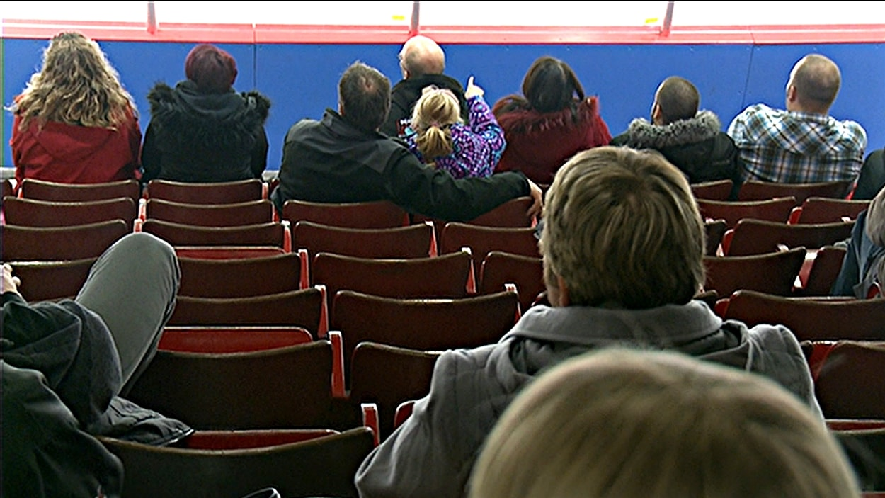 Les gradins du Centre Robert-Guertin, à Gatineau, ne sont pas pleins lors des matchs des Olympiques. (mars 2015)