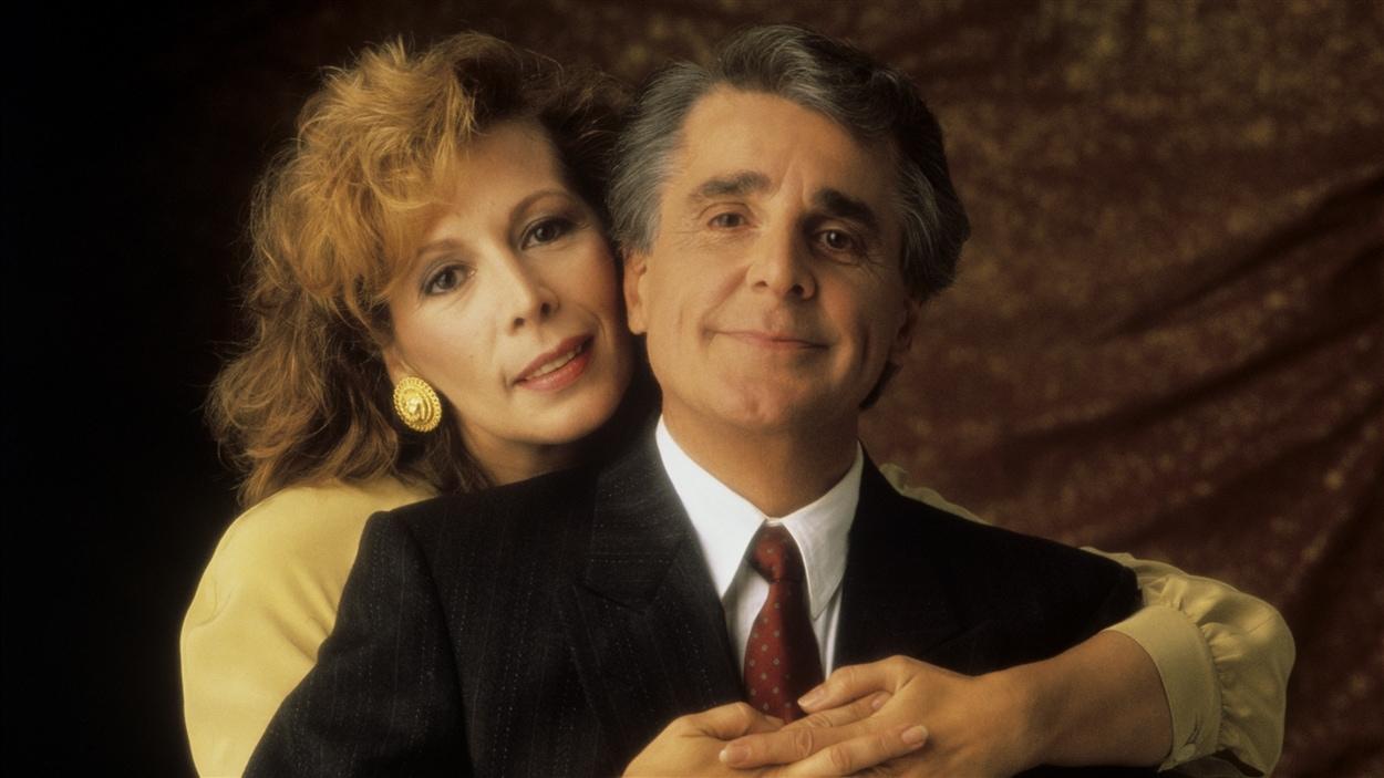 Francine (Angèle Coutu) enlace son mari Rémi (Jean Besré) dans « Jamais deux sans toi » en 1990.
