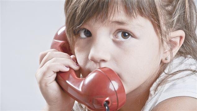 Une petite fille au téléphone