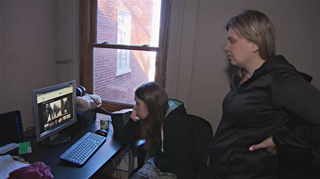 Naomie Tremblay-Trudeau et sa mère Catherine Tremblay regarde les images de l'événement.