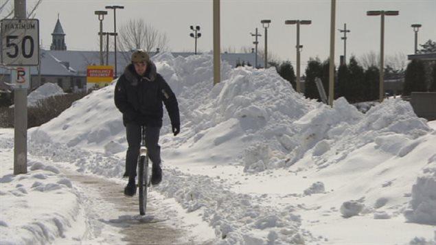 Pierre-Olivier Hudon sur son monocycle, en plein hiver