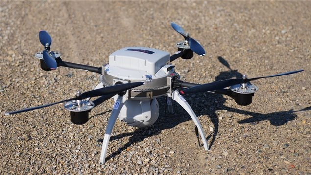 L'Aeryon Scout, un petit drone fabriqué à Waterloo en Ontario, peut servir à des usages militaires, mais aussi civils. Il collecte des images aériennes en haute définition.