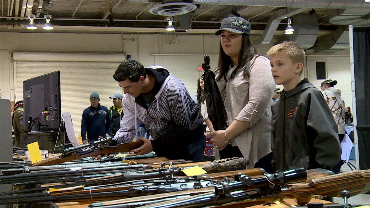 Les armes feu pas juste pour ces messieurs ici radio for Salon armes