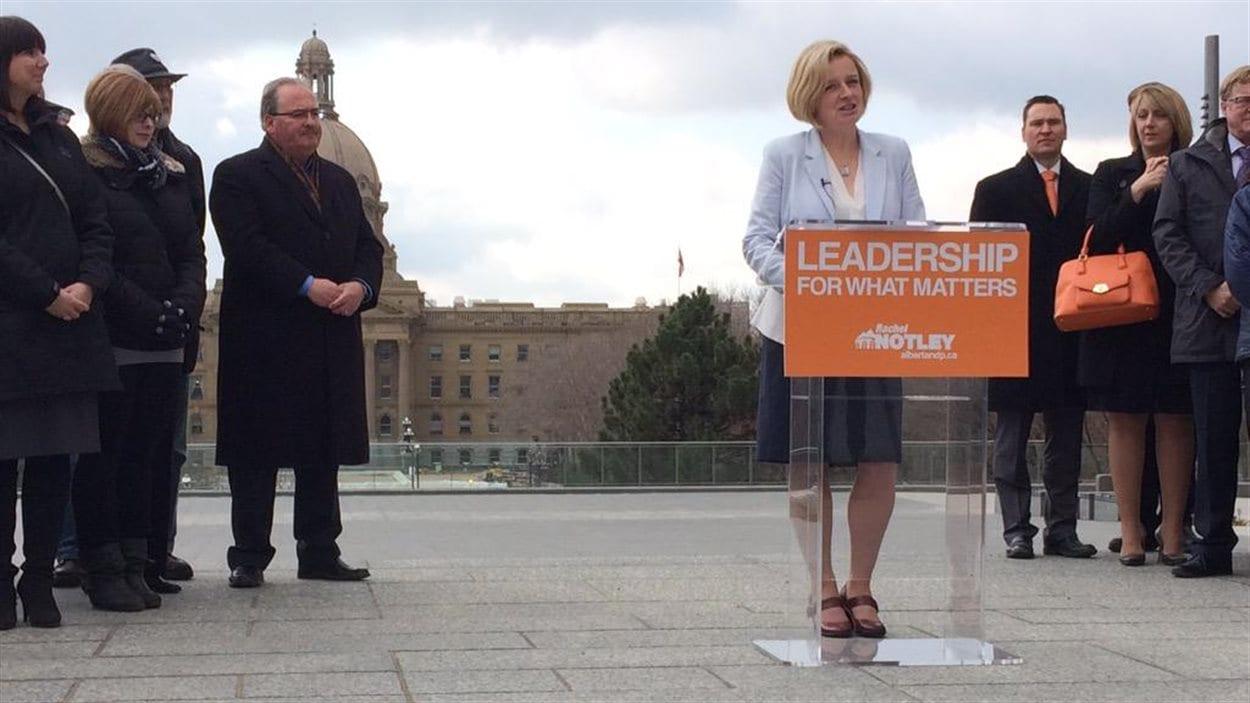 La chef du NPD albertain Rachel Notley annonce le lancement de la campagne électorale de son parti deant l'édifice de l'Assemblée législative à Edmonton le 7 avril 2015.