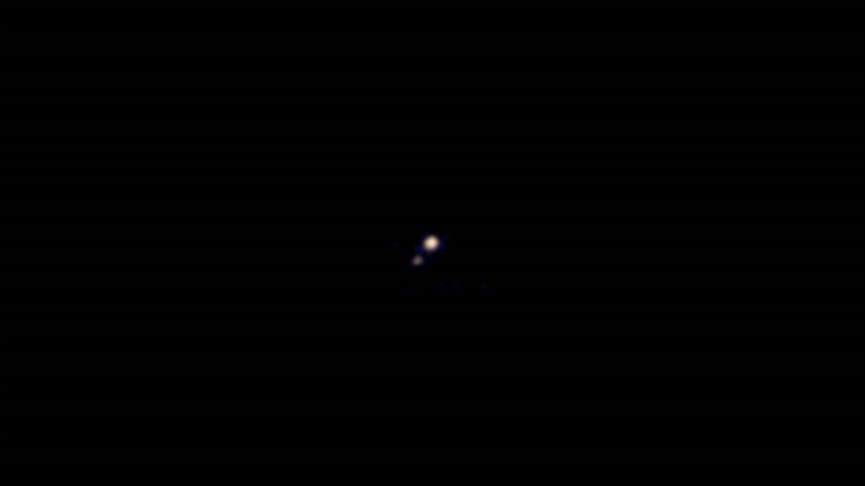La planète Pluton et sa lune Charon