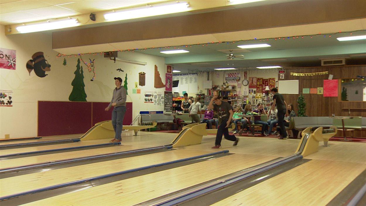 Deux joueurs lancent leurs boules.