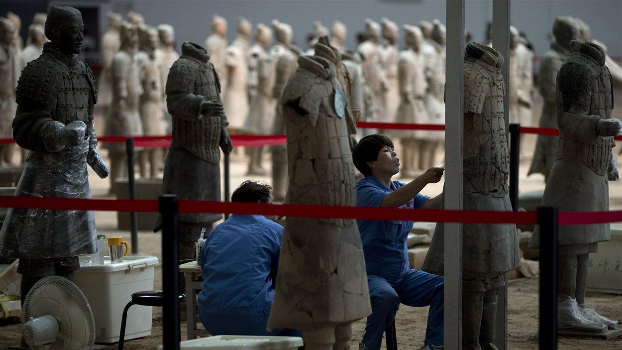 Les archéologues travaillent sur une statue de terre cuite brisée de la collection de l'armée de l'empereur Qin Shi Huang. (archives)