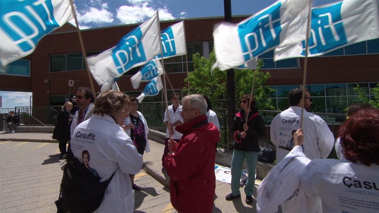 Des employés syndiqués du Centre intégré de santé et de services sociaux (CISSS) de l'Outaouais en train de manifester.