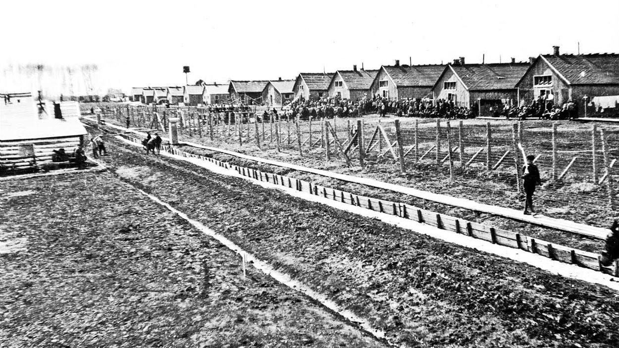 Le camp d'internement de Kapuskasing (1914-1920) était situé le long de la rivière et du chemin de fer. Connu à l'époque sous le nom de MacPherson, le peuplement est à l'origine de la municipalité de Kapuskasing.