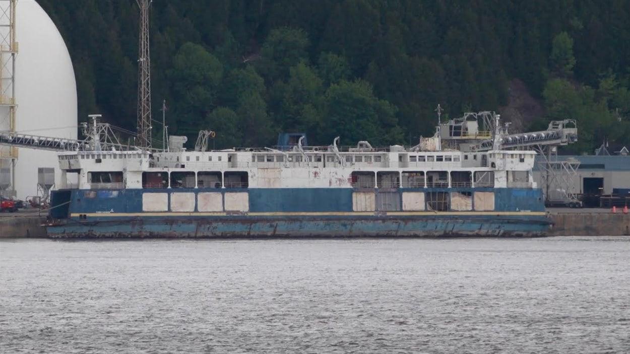 Le bateau Fundy Paradise est amarré près des silos à granules