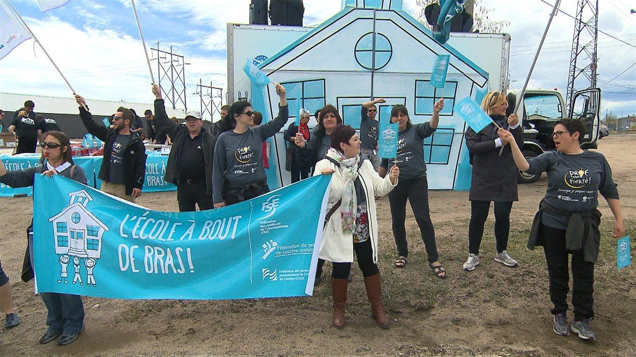 Manifestation d'enseignants et du personnel de soutien du syndicat de la région du Fer.