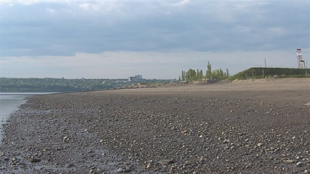 La plage disparaît peu à peu à cause de l'érosion.