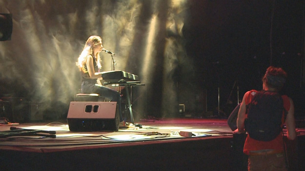 Une jeune artiste au clavier.