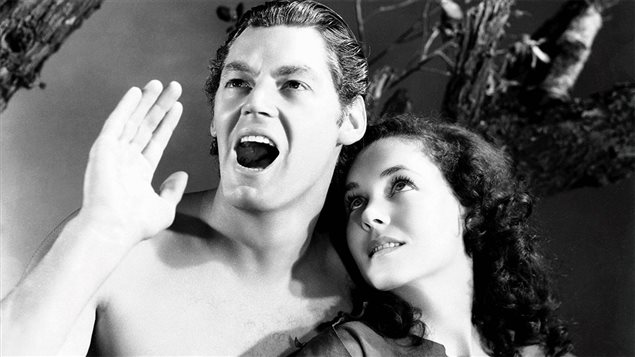 Portrait de Maureen O'Sullivan dans les bras de Johnny Weissmuller dans <em>Tarzan s'évade</em> (1936)