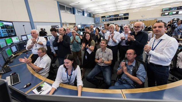 Au Centre de contrôle du CERN, l'équipe chargée de l'exploitation du LHC ainsi que des membres de la direction du CERN acclament l'annonce de faisceaux stables, ce matin à 10 h 40