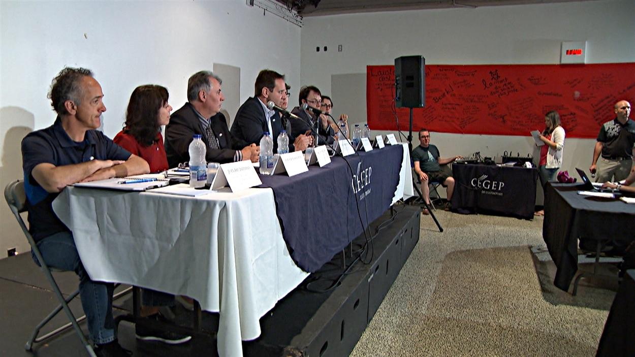 Les représentants du Cégep de l'Outaouais disent qu'ils en ont assez des compressions. (09-06-15)