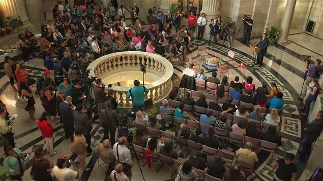 Plus d'une centaine de survivants, de représentants de Premières Nations et de membres du public se sont réunis jeudi au palais législatif à Winnipeg pour assister à la présentation des excuses de la Province.
