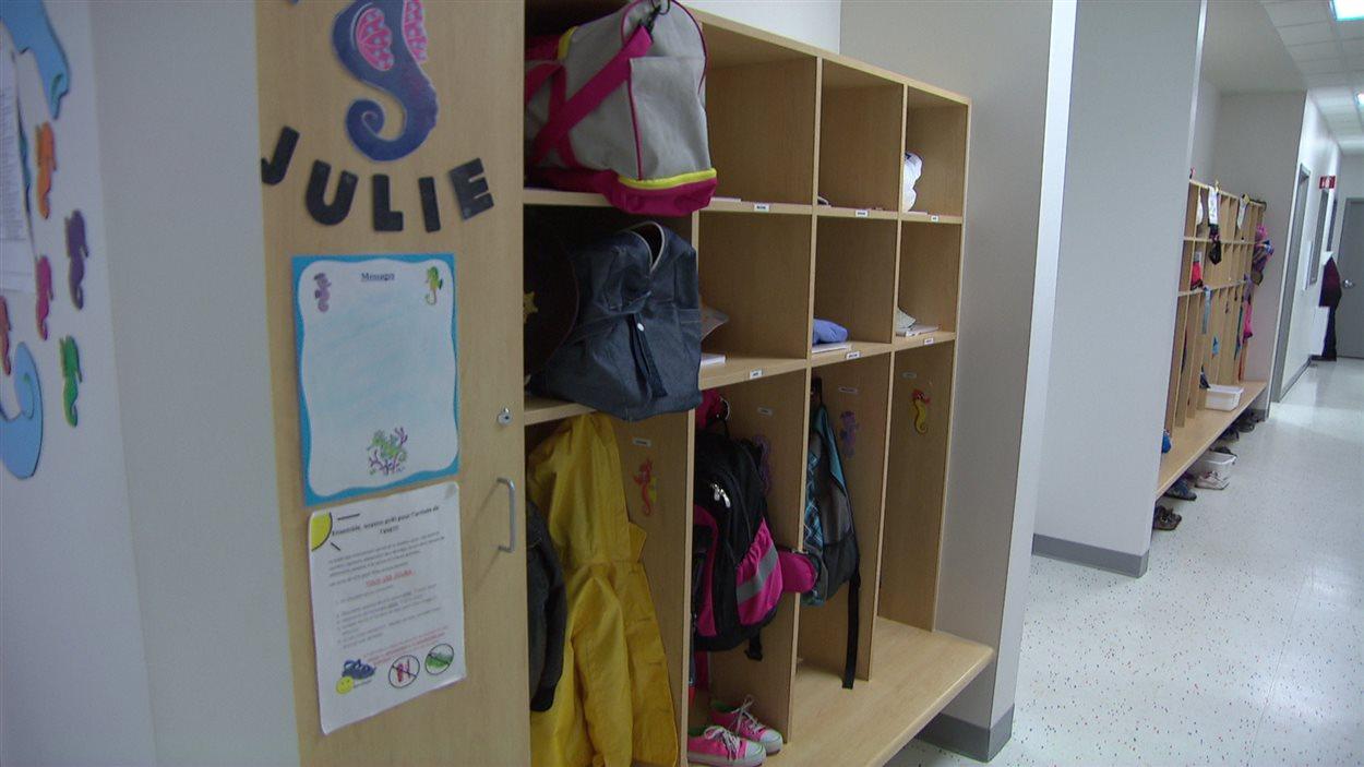 Un couloir avec des casiers dans une garderie (CPE), à Gatineau.