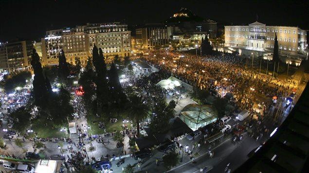 Des milliers de partisans du non se sont rassemblés devant le parlement grec pour manifester leur joie.