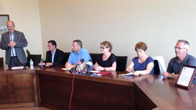 Des élus municipaux de la Côte-Nord lancent un nouveau cri du coeur pour réclamer l'intervention du premier ministre Philippe Couillard dans la crise forestière qui persiste dans la région.