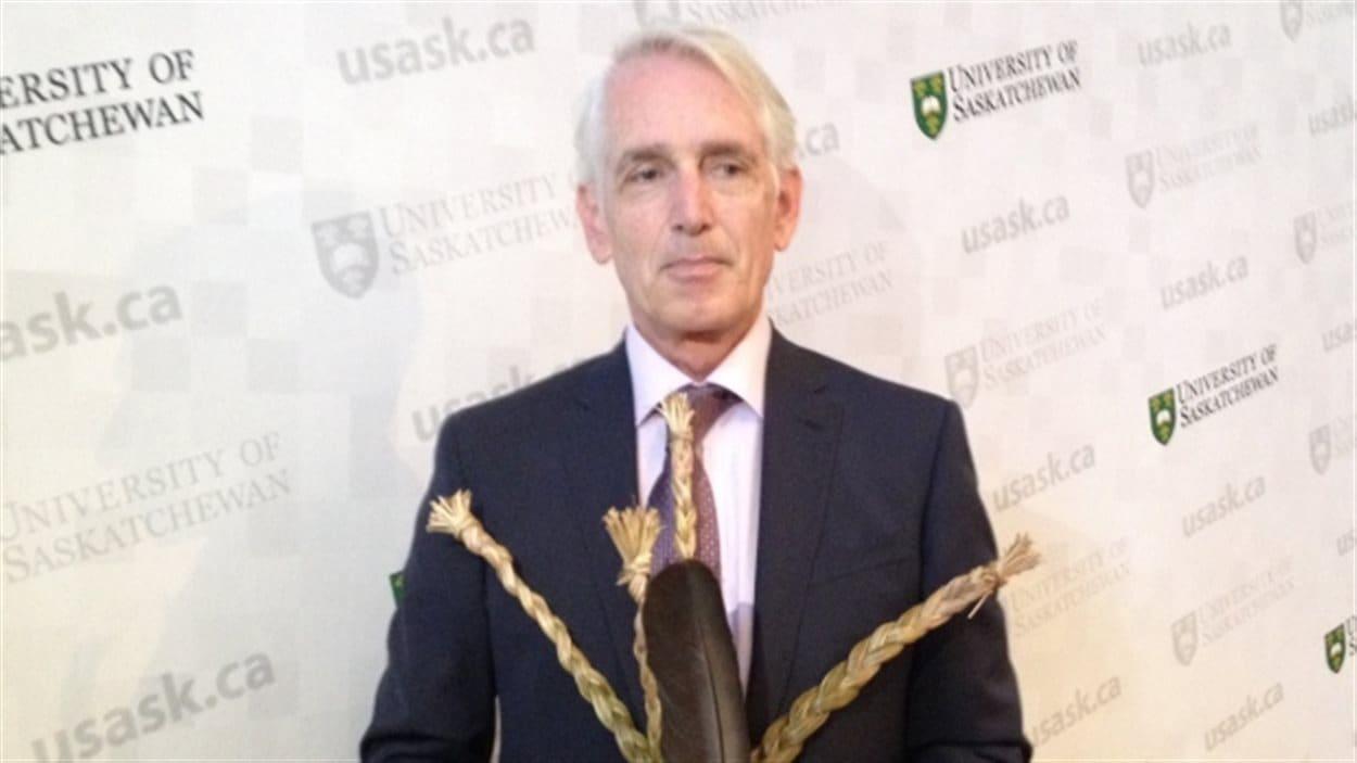 Le nouveau recteur de l'Université de la Saskatchewan, Peter Stoicheff, a reçu la traditionnelle plume d'aigle et des herbes sacrées de la communauté autochtone.
