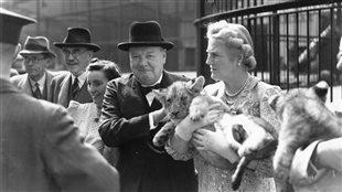 Le premiere ministre britannique Winston Churchill en compagnie de sa femme Clementine, lors d'une sortie au Zoo de Londres.