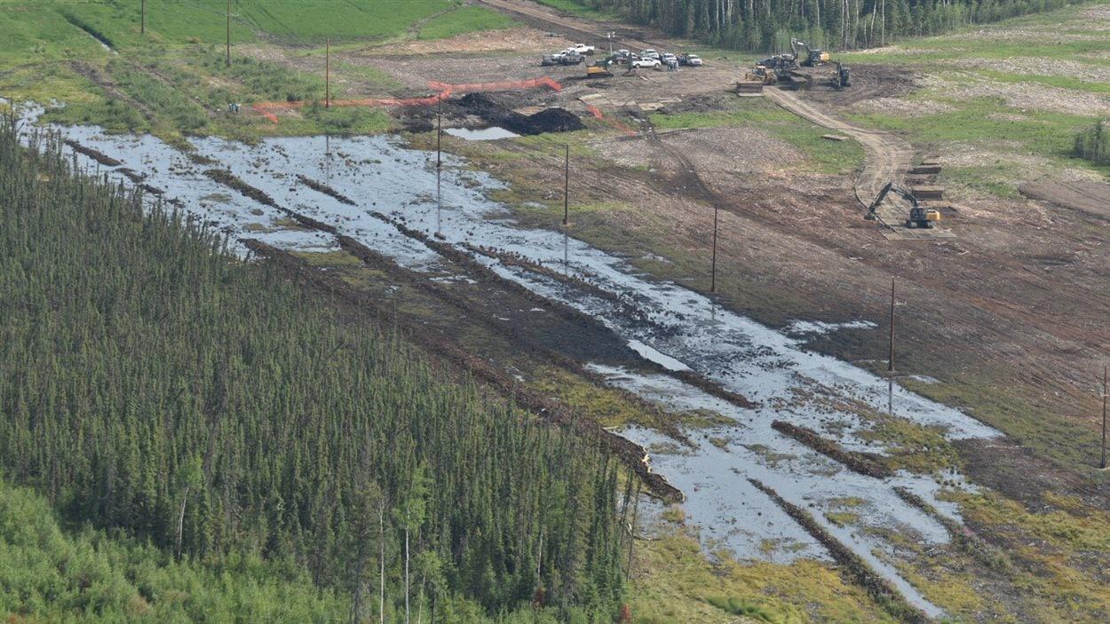 Les travaux se poursuivent pour nettoyer les dégâts causés par la fuite de cinq millions de litres de produits pétroliers au sud-est de Fort McMurray.