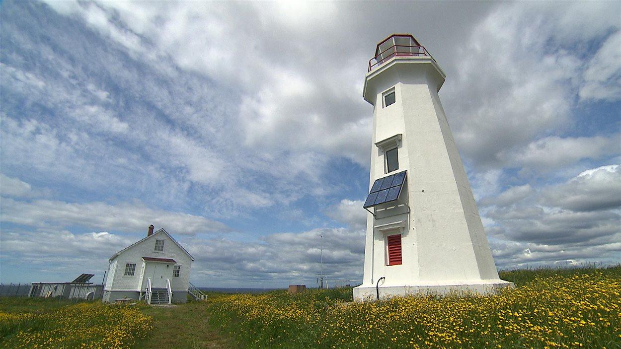 La station du phare de l'île aux Perroquets, située au large de Longue-Pointe-de-Mingan