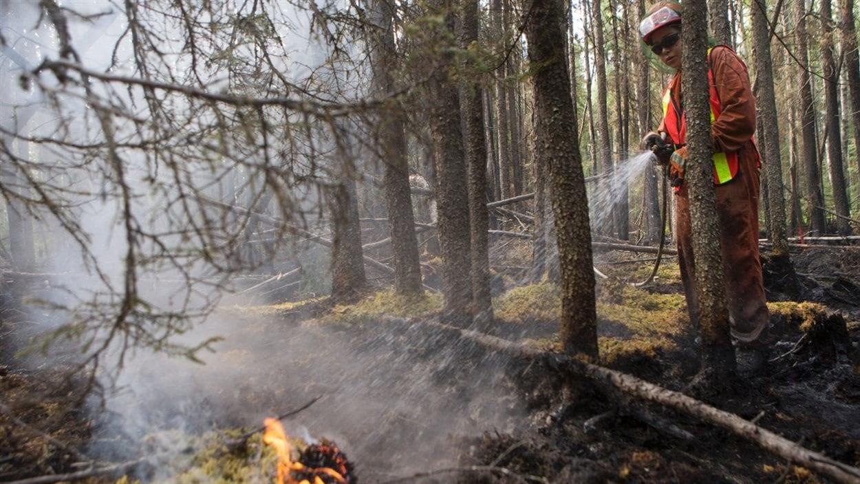 La pompière Carmella Bird lutte contre les feux de forêt au nord de Prince Albert.