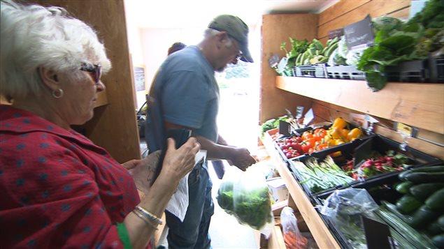 Les légumes frais sont accessibles dans la Caravane des cultures.