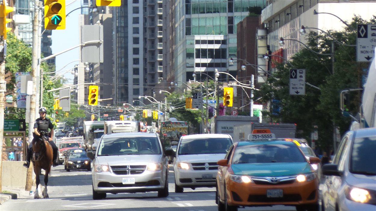 La rue Bay au centre-ville de Toronto.