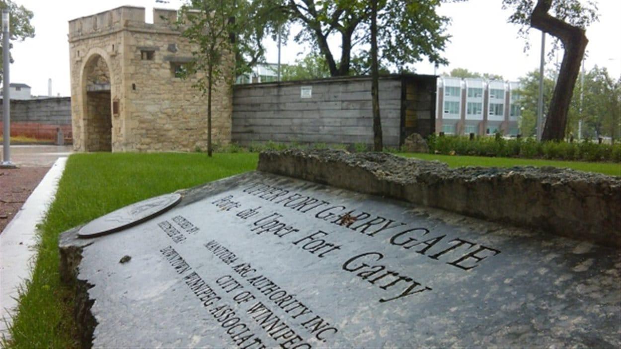 Les clôtures ont été retirées et les visiteurs peuvent maintenant marcher dans le nouveau parc provincial Upper Fort Garry sur la rue Main, à Winnipeg.