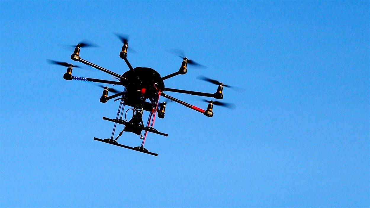 Un drone survole le ciel sans nuages
