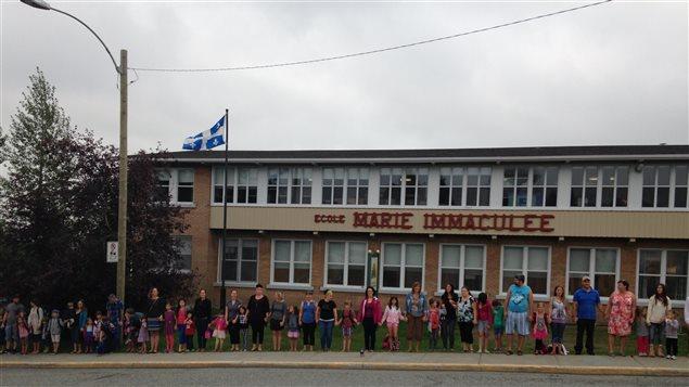 Chaîne humaine devant l'école Papillon d'or de Val-d'Or