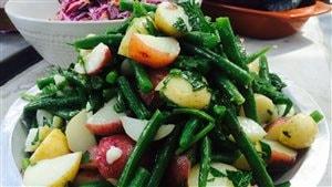 Salade de haricots verts et pommes de terre, et salade de chou rouge crémeuse