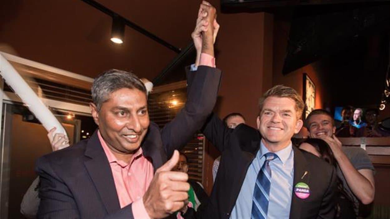 Le député Prasad Panda (gauche) en compagnie du chef du Wildrose Brian Jean (droite)
