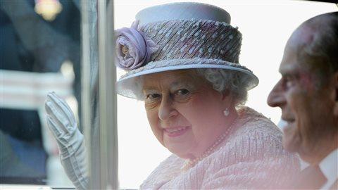 La reine Élizabeth II et le prince Philip lors du 70e anniversaire de la commémoration du jour de la victoire sur le Japon, le 15 août 2015 à Londres.