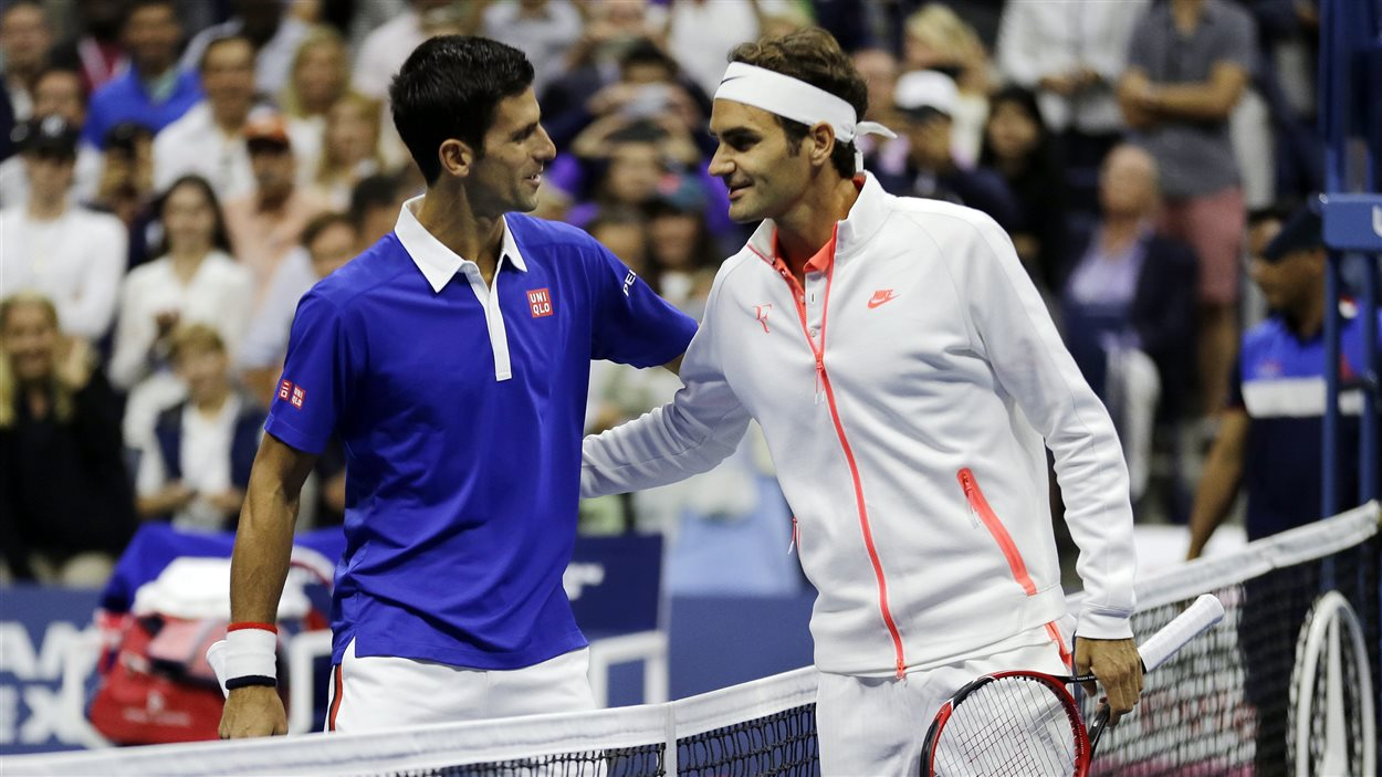 Novak Djokovic (à gauche) salue Roger Federer (à droite) avant le début du match.
