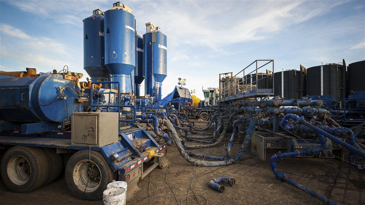 Photo d'un site de fracturation hydraulique à Dawson Creek au nord-est de la Colombie-Britannique.
