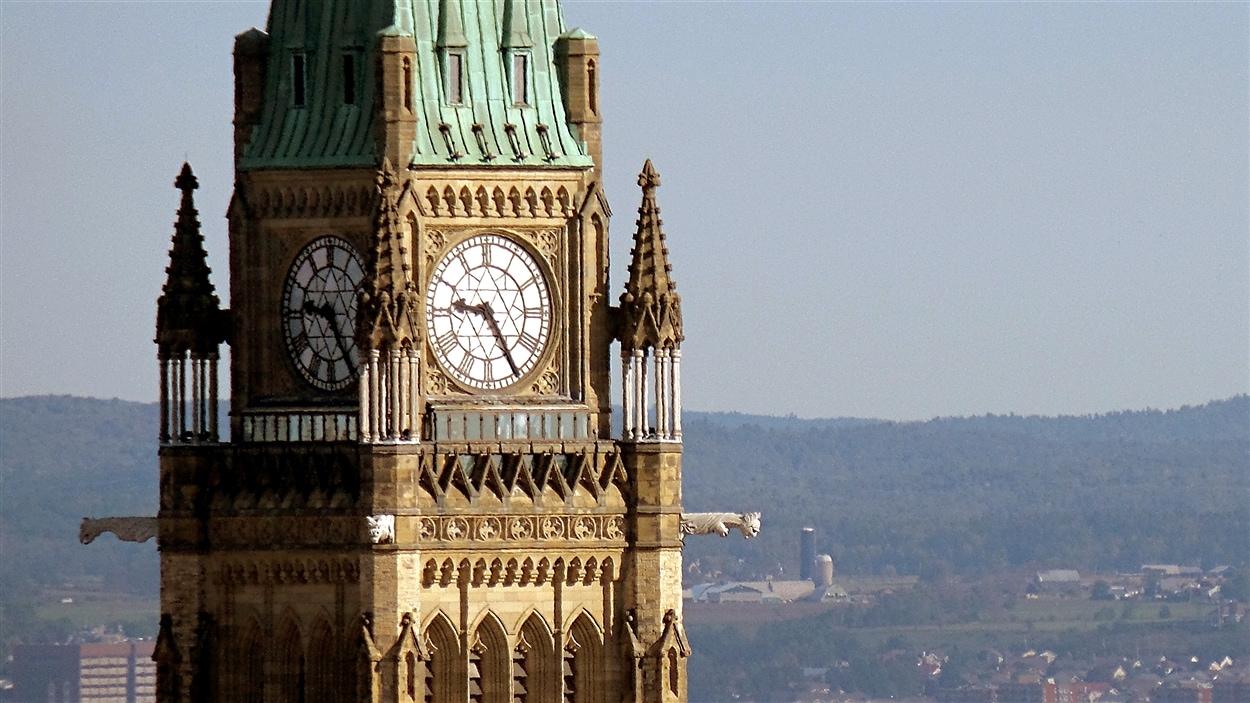 La Tour de la Paix du parlement du Canada, à Ottawa, et les collines de l'Outaouais, sur la rive québécoise de la rivière des Outaouais (2015-09-21)