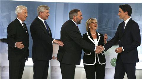 Les chefs se serrent la main avant le premier débat en français de la campagne. Dans l'ordre habituel : Gilles Duceppe (BQ), Stephen Harper (PCC), Thomas Mulcair (NPD), Elizabeth May (PVC) et Justin Trudeau (PLC).