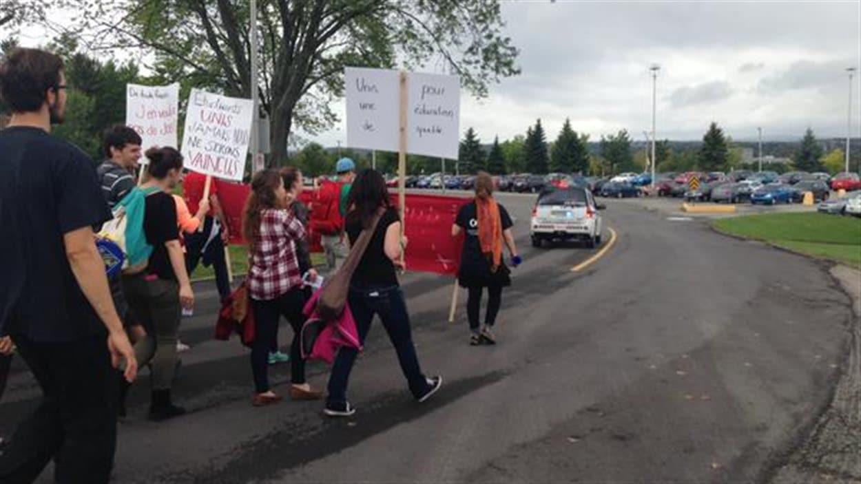 Manifestation des étudiants en éducation de l'Université de Sherbrooke contre les mesures d'austérité
