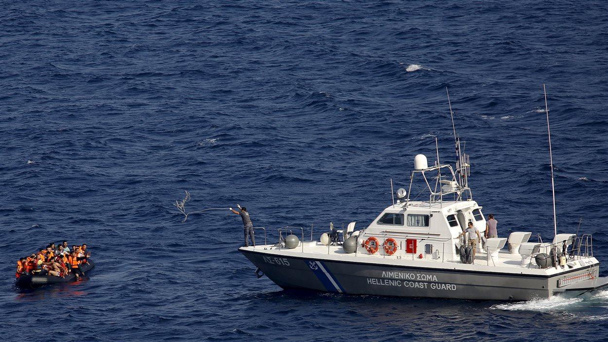 La Garde côte grecque à la rescousse de reéfugiés en mer Égée.