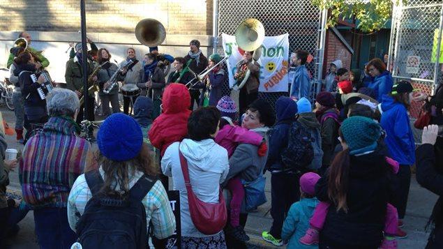Des parents de l'école Petite-Patrie, à Montréal, ont formé une fanfare pour agrémenter leur manifestation.